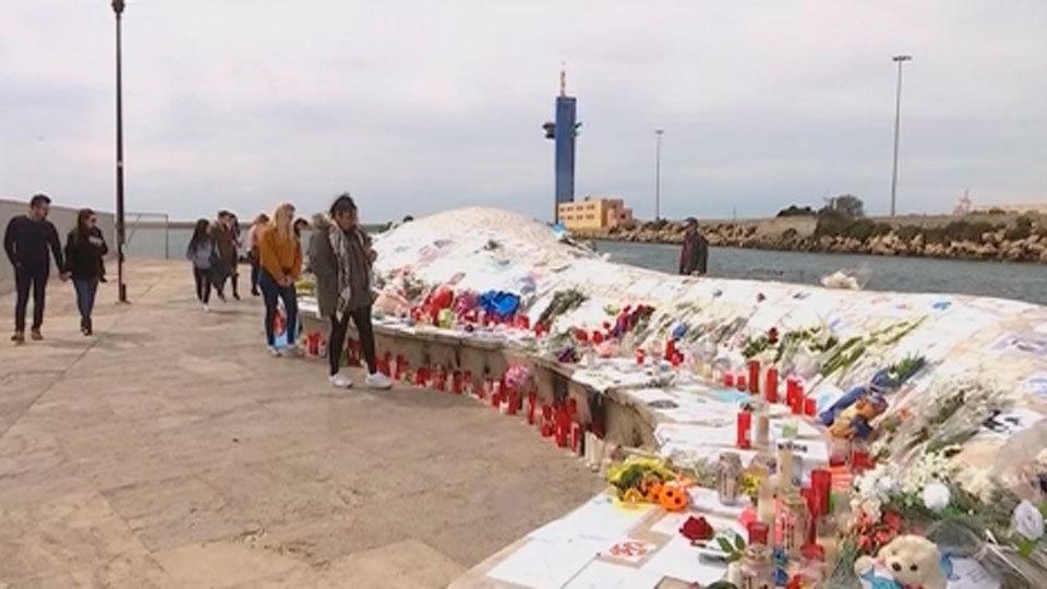 Altares improvisados en 'La ballena' de Almería en recuerdo de Gabriel