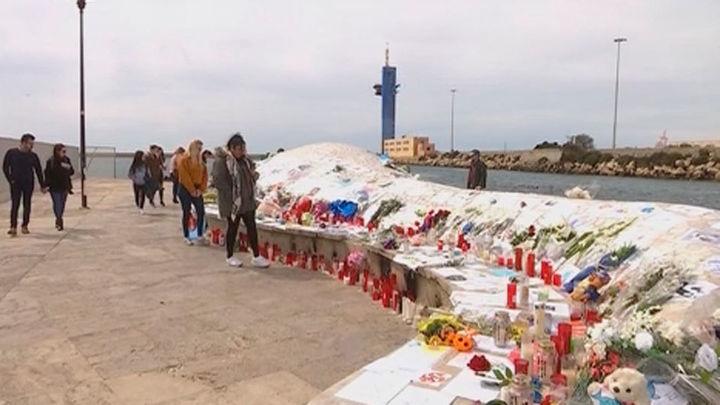 Altares improvisados en Almería en recuerdo de Gabriel y en apoyo a su familia