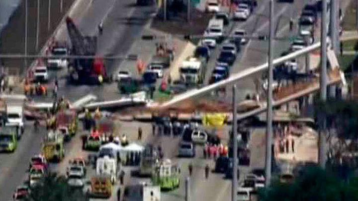 Varios muertos al derrumbarse un puente peatonal sobre una carretera de Miami