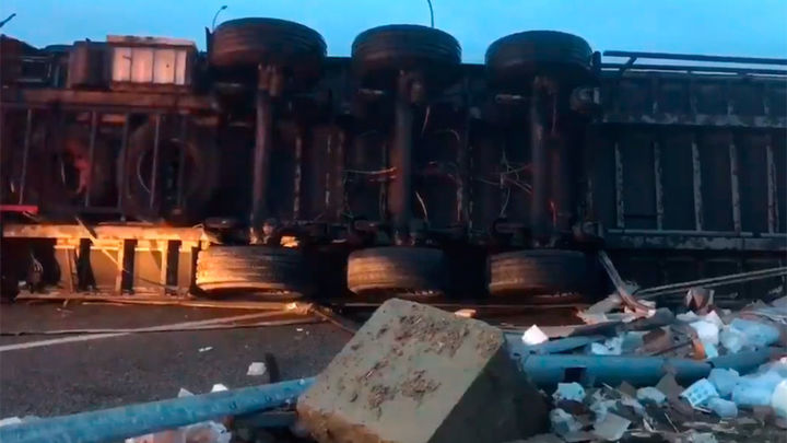 Un hombre muere al volcar su camión en San Sebastián de los Reyes