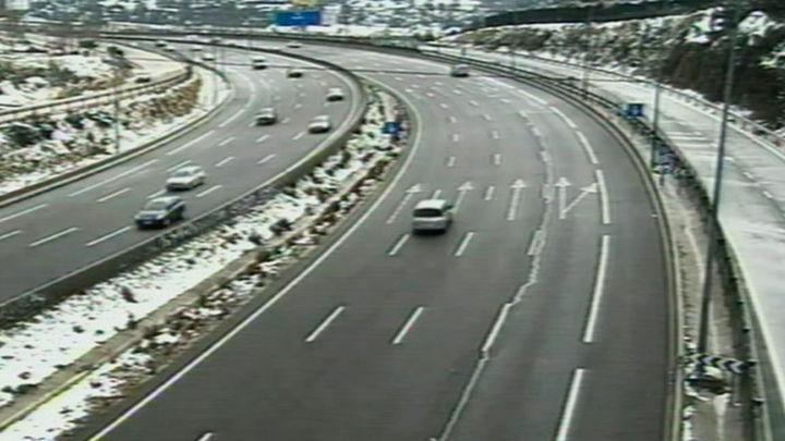 La nieve obliga a cerrar la AP-6 al paso de camiones