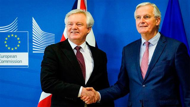 El ministro para la salida del Reino Unido de la UE, David Davis con el negociador de la Unión Europea, Michel Barnier