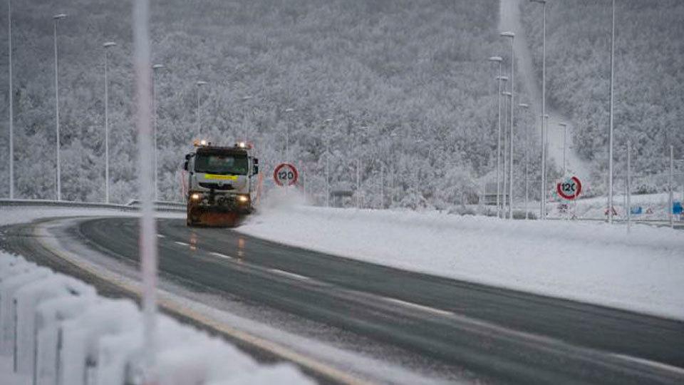 La nieve dificulta el tráfico en 150 vías y restringe el tráfico para camiones