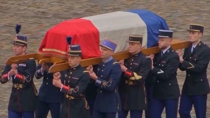 Francia rinde homenaje al gendarme asesinado tras cambiarse por una rehén