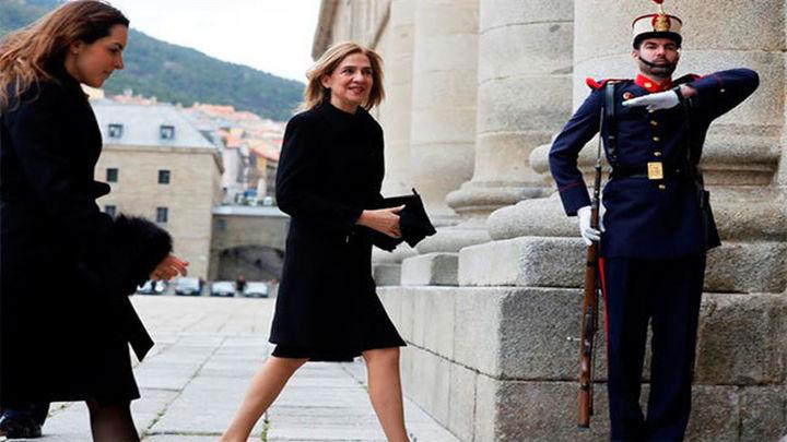 La infanta Cristina asiste en El Escorial a la misa por don Juan que presiden los Reyes