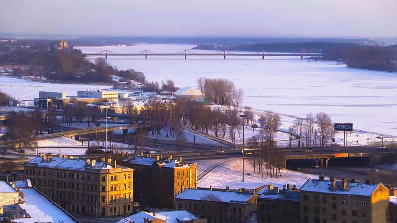 El río Daugava se viste de blanco en invierno