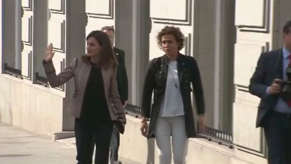 """Silban e increpan a la Reina Letizia a salida de un acto con un """"fuera, antipática, floja"""""""