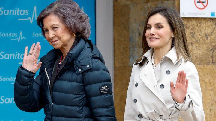 Los Reyes y doña Sofía llegan juntos al hospital para ver a don Juan Carlos