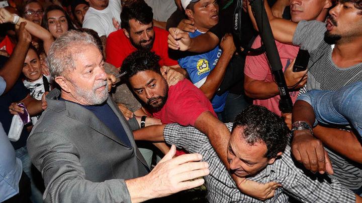 Lula pone fin a su encierro e ingresa en prisión en la ciudad de Curitiba