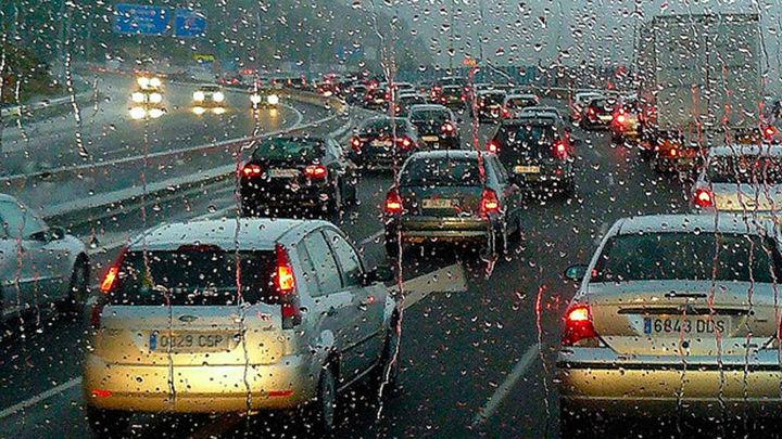 La lluvia complica el tráfico y multiplica los atascos en Madrid