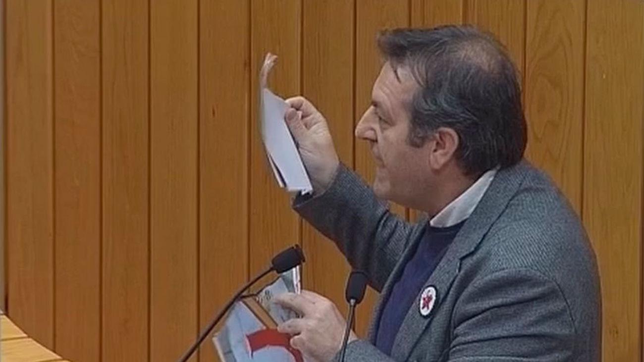 Un diputado del BNG rompe el retrato del Rey en el Parlamento gallego