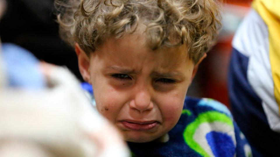 Un niño llora tras ser evacuado de Duma. Macron dice tener pruebas de que el régimen sirio utilizó armas químicas