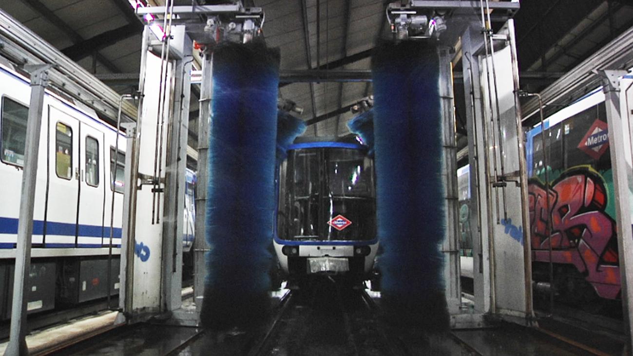 los trenes pasan por el túnel de lavado