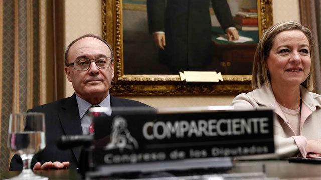 El Gobernador del Banco de España, Luis María Linde, acompañado de la presidenta de la Comisión Ana Oramas