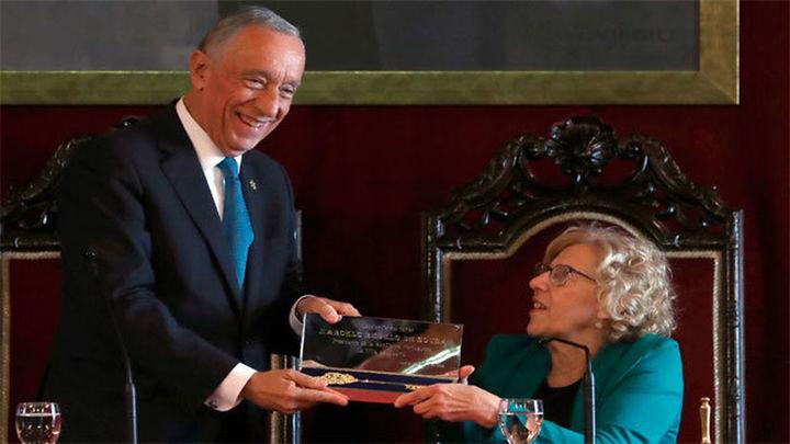 Carmena entrega la Llave de Oro de Madrid al presidente de Portugal