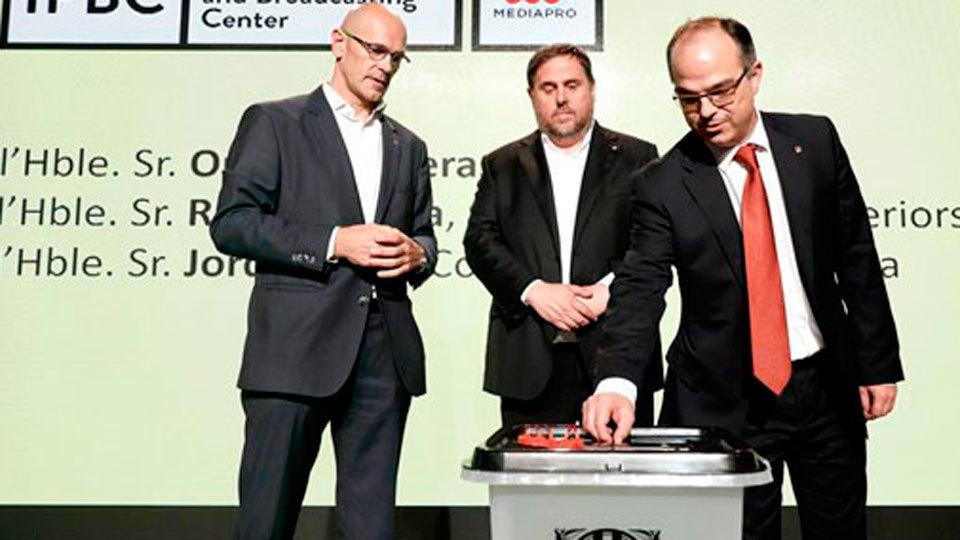 Romeva, Junqueras y Turull con una de las urnas que la Govern de Cataluña pretende emplear en la consulta ilegal