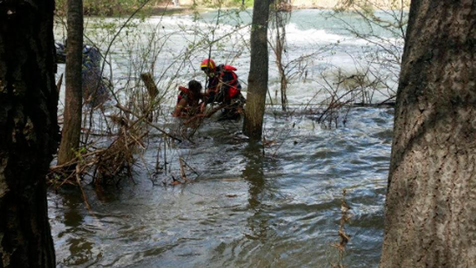 Los bomberos rescatan a dos menores sanos y salvos del río Henares