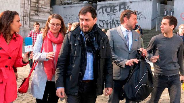 Los ex consellers en Bélgica Meritxell Serret  y Toni Comín (en el centro)
