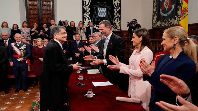 El escritor nicaragüense Sergio Ramírez tras recibir el Premio Cervantes de manos del rey Felipe VI