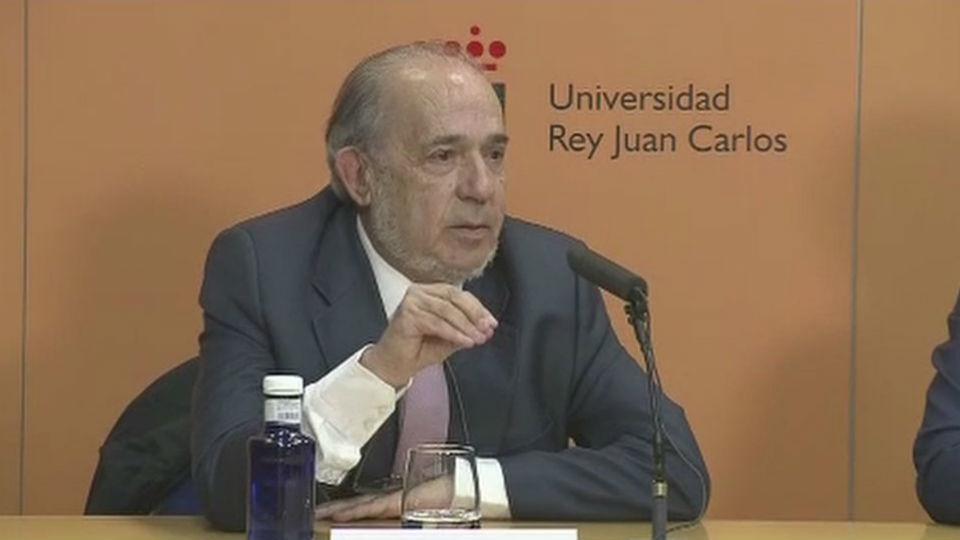 La juez imputa a Enrique Álvarez Conde, director del máster de Cifuentes