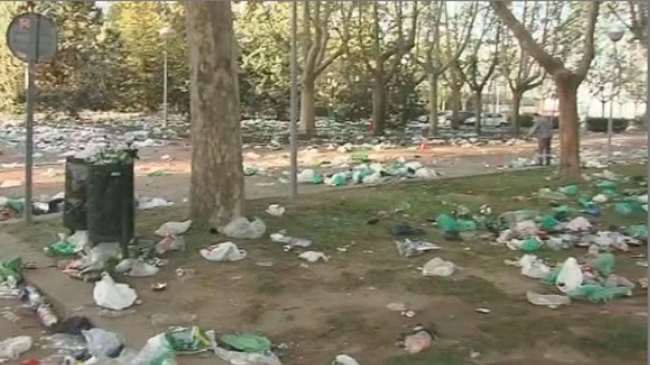 Miles de jóvenes dejan el campus arrasado tras el botellón de 'San Cemento'