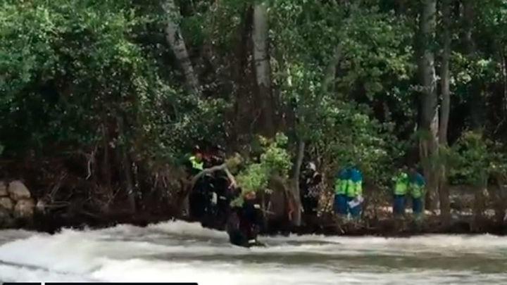 Los bomberos rescatan ilesos a dos niños que intentaban cruzar el río Henares