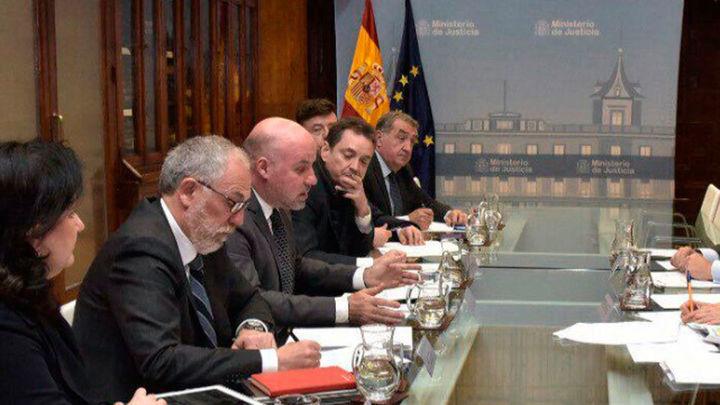 Asociaciones de jueces y fiscales piden la dimisión de Catalá por sus críticas al juez de 'La Manada'
