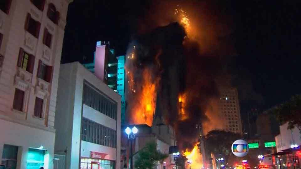 Un edificio de 24 plantas se derrumba en el centro de Sao Paulo tras incendiarse