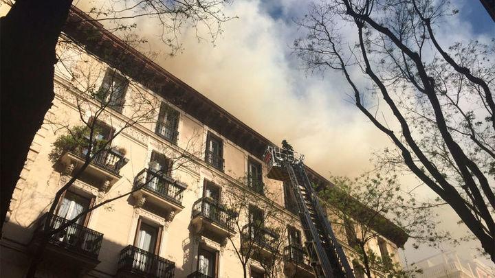 El incendio de un edificio en obras en la calle Lagasca genera humo y atascos