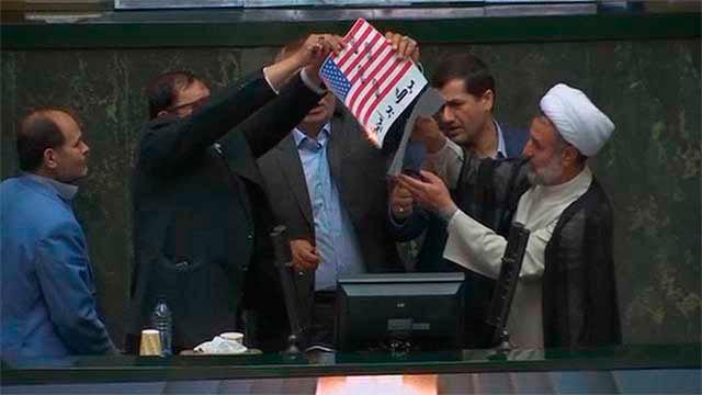Queman la bandera de Estados Unidos en el Parlamento iraní
