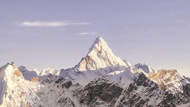 Un escalador chino de 70 años amputado de los miembros inferiores sube al Everest
