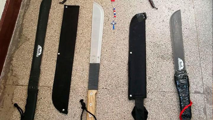 Detenidos tres Dominican Don't Play en San Isidro por llevar once machetes