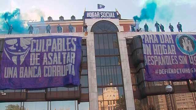 Activistas de Hogar Social Madrid en la sede okupada