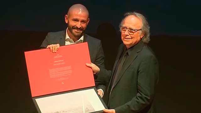 Joan  Manuel Serrat con el consejero  Jaime de  los Santos