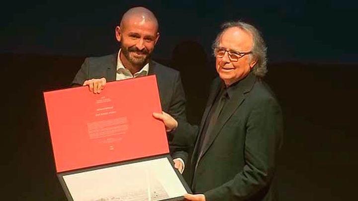 Madrid premia a Serrat y otros once 'difusores' de la cultura