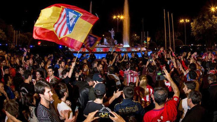 Miles de aficionados rojiblancos celebran la Europa League en Neptuno