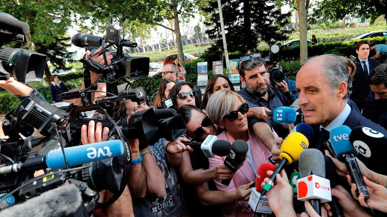 Camps ironiza al entrar al juzgado con que no tiene chalet a las afueras como Pablo Iglesias