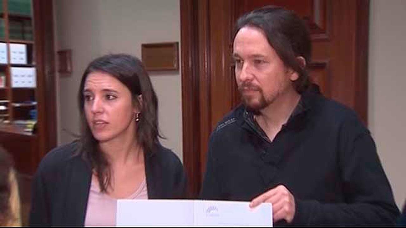 Militantes de Podemos muestran su malestar por la casa de Iglesias y Montero