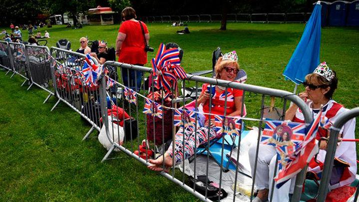 Miles de personas esperan en Windsor al príncipe Enrique y a Meghan Markle