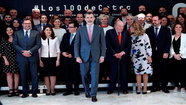 El rey Felipe VI y el rey Juan Carlos con los participantes el Informe Cotec 2018