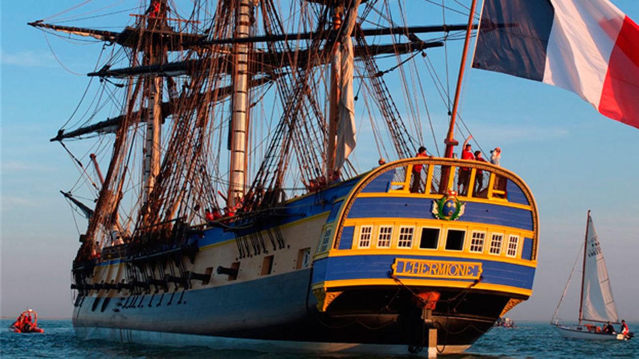 Una réplica de la legendaria fragata francesa 'L,Hermione' llega al puerto de Pasajes