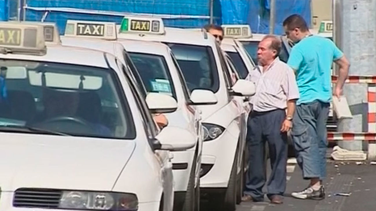 Al volante de un taxi están prohibidas las camisetas de tirantes o las chanclas