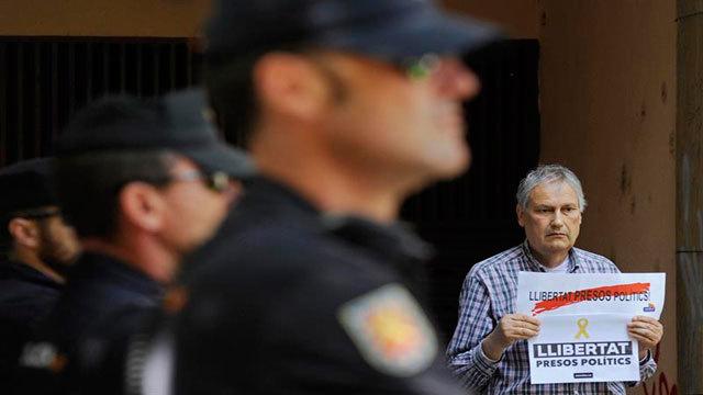 La Policia Nacional custodia la entrada a la sede de la fundación Plataforma Educativa de Girona