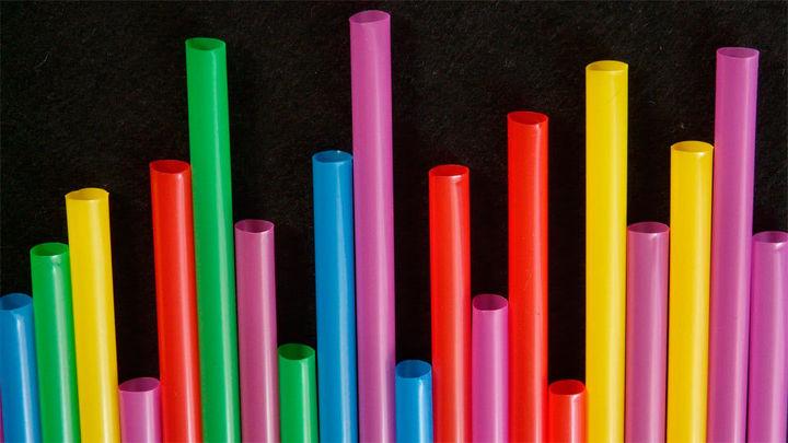 Bastoncillos, pajitas o cubiertos de plástico pueden tener los días contados