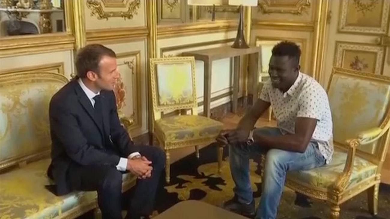 El presidente francés concede la nacionalidad al héroe que salvó a un niño en París