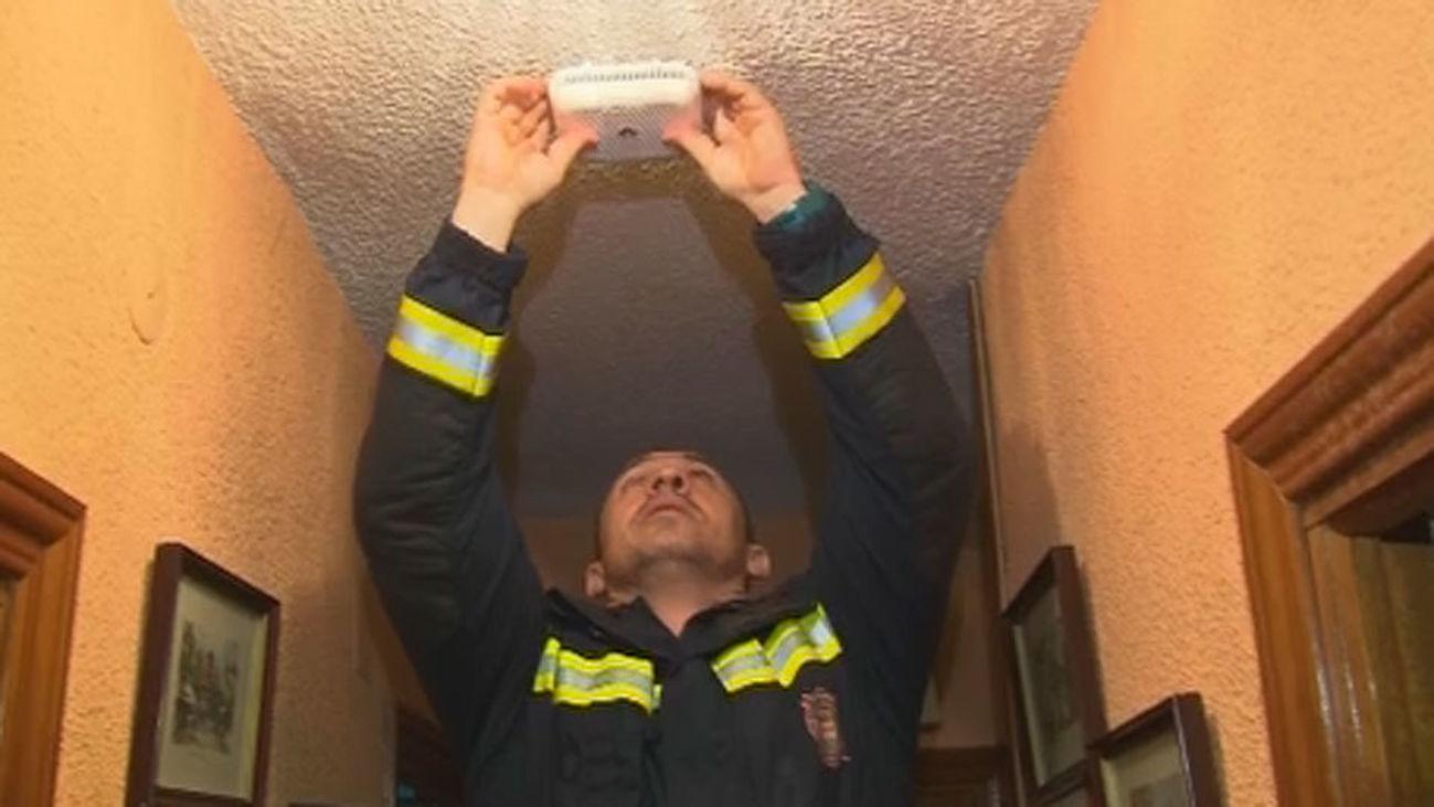 Alcorcón instala detectores de humo en viviendas de personas mayores y de discapacitados