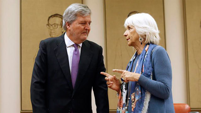 El ministro de Educación, Íñigo Méndez de Vigo con Teófila Martinez, durante la comparecencia en la Comisión de Educación