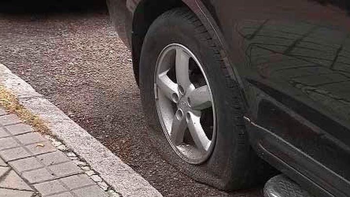 Vandalismo en la Dehesa de la Villa: Más de una decena de coches con las ruedas pinchadas