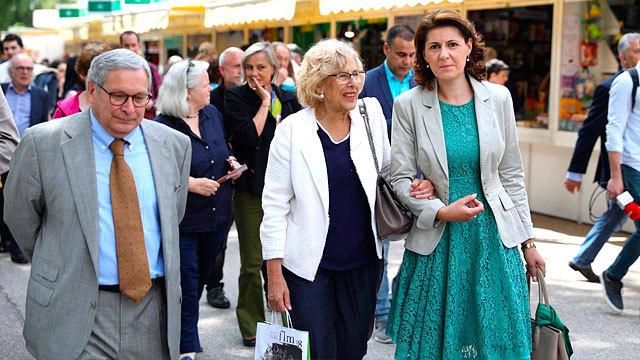 La alcaldesa de Madrid, Manuela Carmena, visita la Feria del Libro 2018 junto a la embajadora de Rumanía, Gabriela Danc?u y al