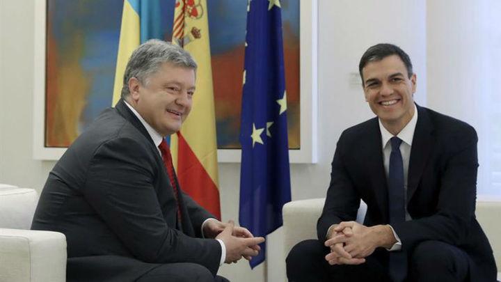 Sánchez recibe en Moncloa a Poroshenko en su primer acto como presidente